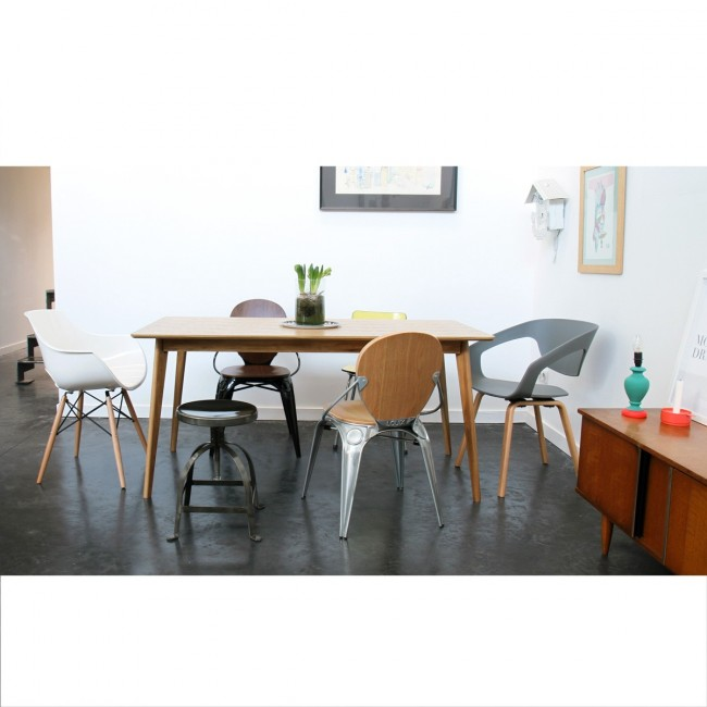 Chaise design Skoll blanche dans une salle à manger indus