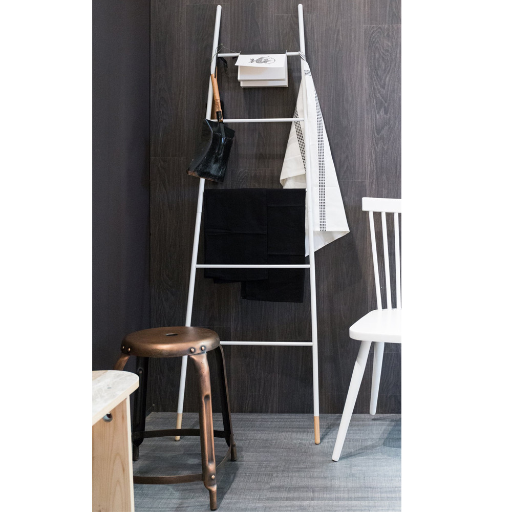 porte manteaux ou magazines ladder rack zuiver. Black Bedroom Furniture Sets. Home Design Ideas