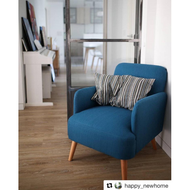 Fauteuil rétro design tissu et pieds bois clair Brooks