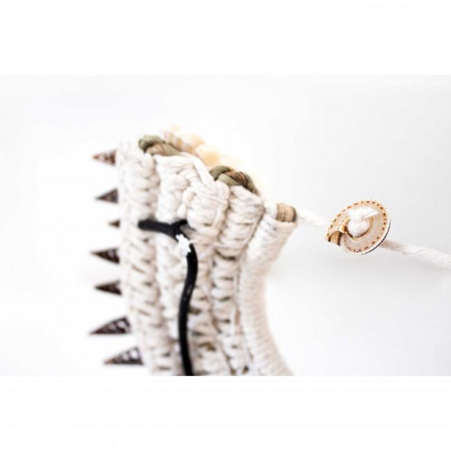 Muba - Collier de coquillages sur pied
