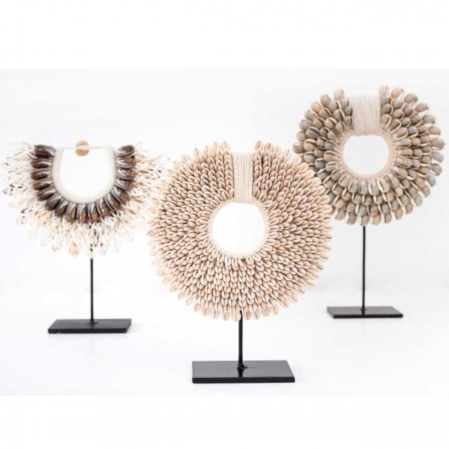 Timbun - Collier de coquillages sur pied