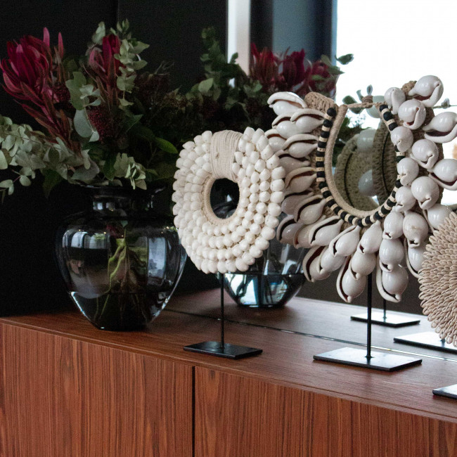 Sikan - Collier de coquillages sur pied