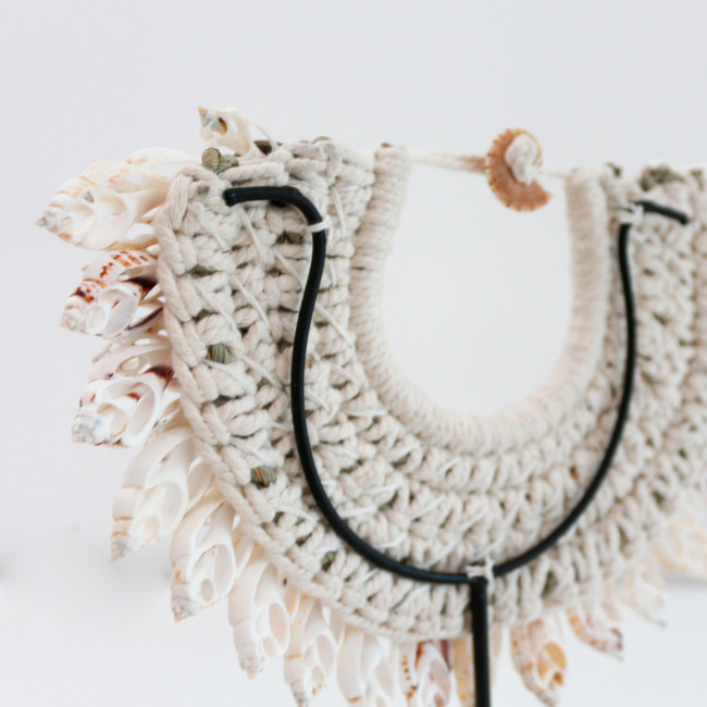 Ketaun - Collier de coquillages sur pied